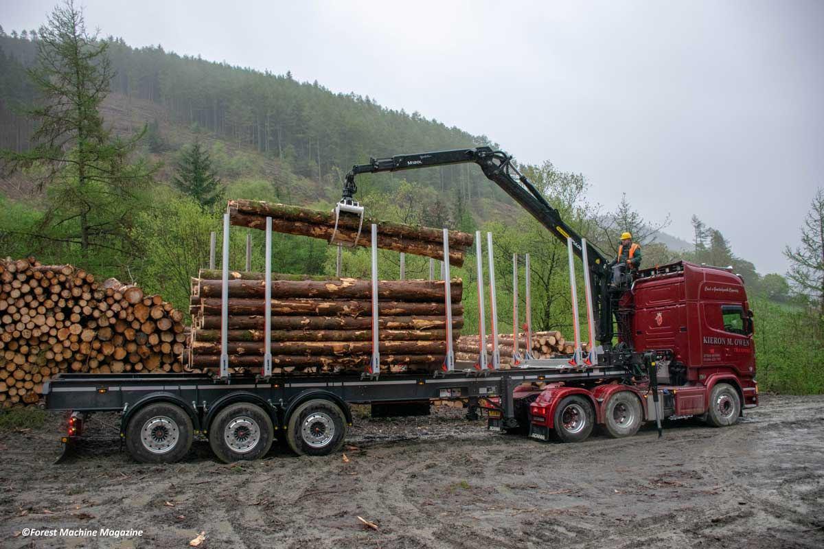 Wayne-Richards-loading-a-Scania-R730