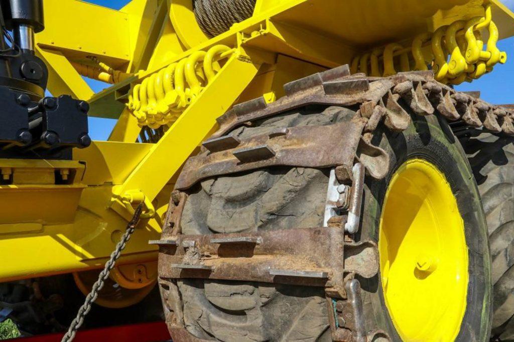 Rottne has semi-flotation tracks where Vuorijärvi has welded on 50-millimeter grousers for extra traction.